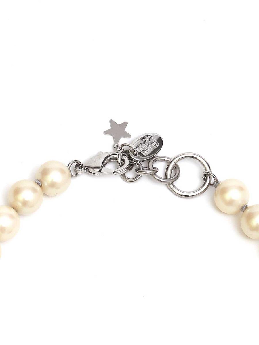 Collana di perle e anelli in plexi