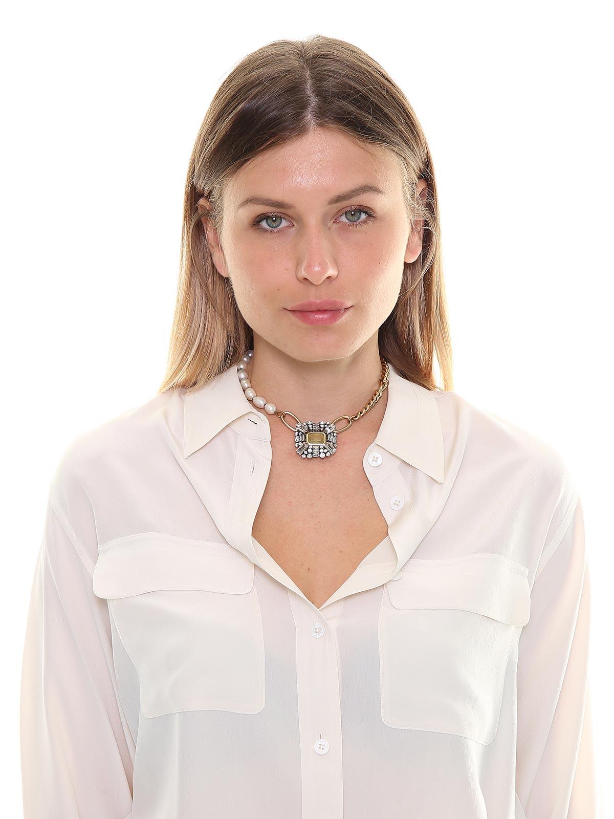 Collana di perle e catena con pendente gioiello
