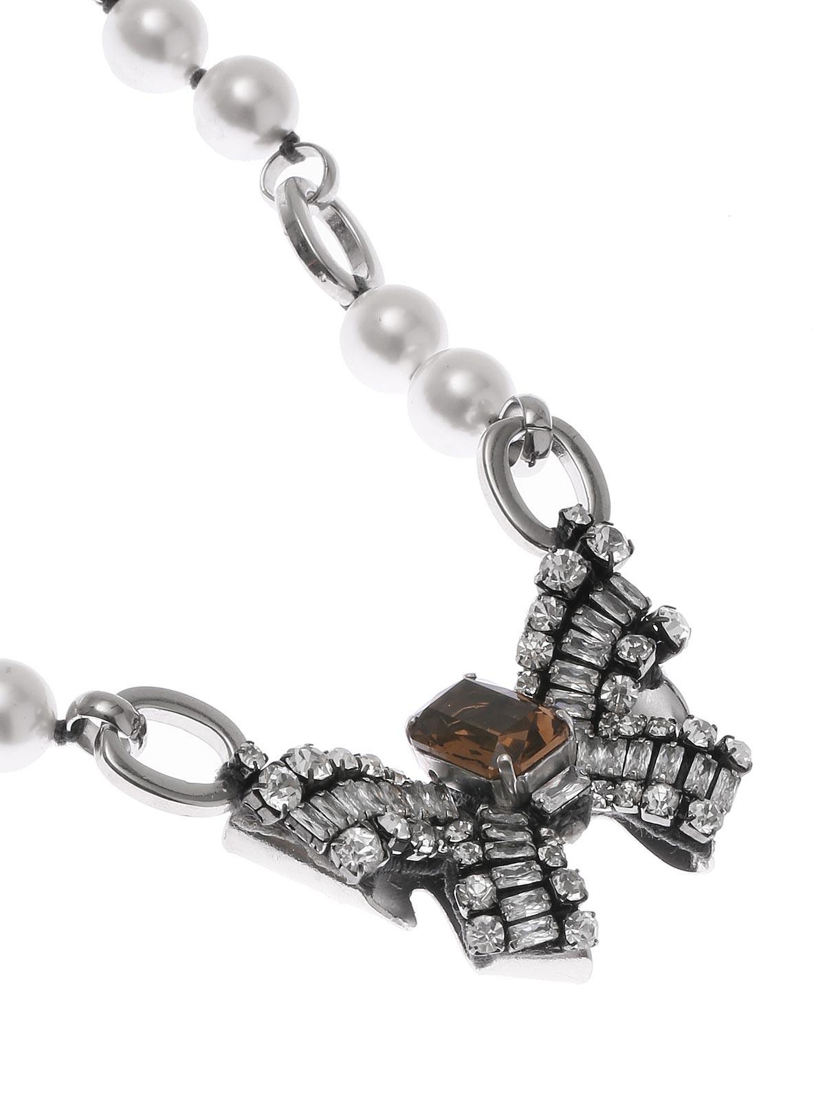 Collana di perle e catena con pendente fiocco di cristalli