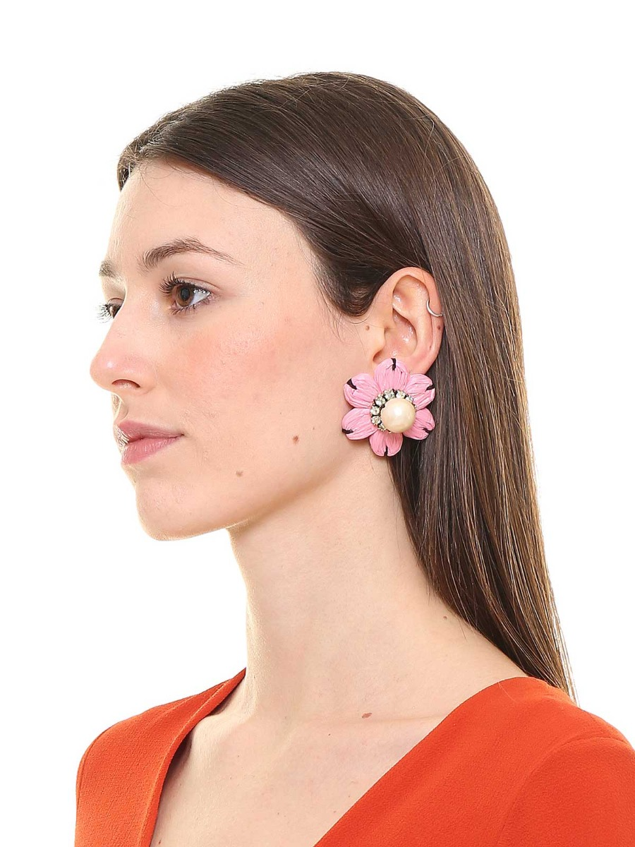 Floral earrings with oversize pearl