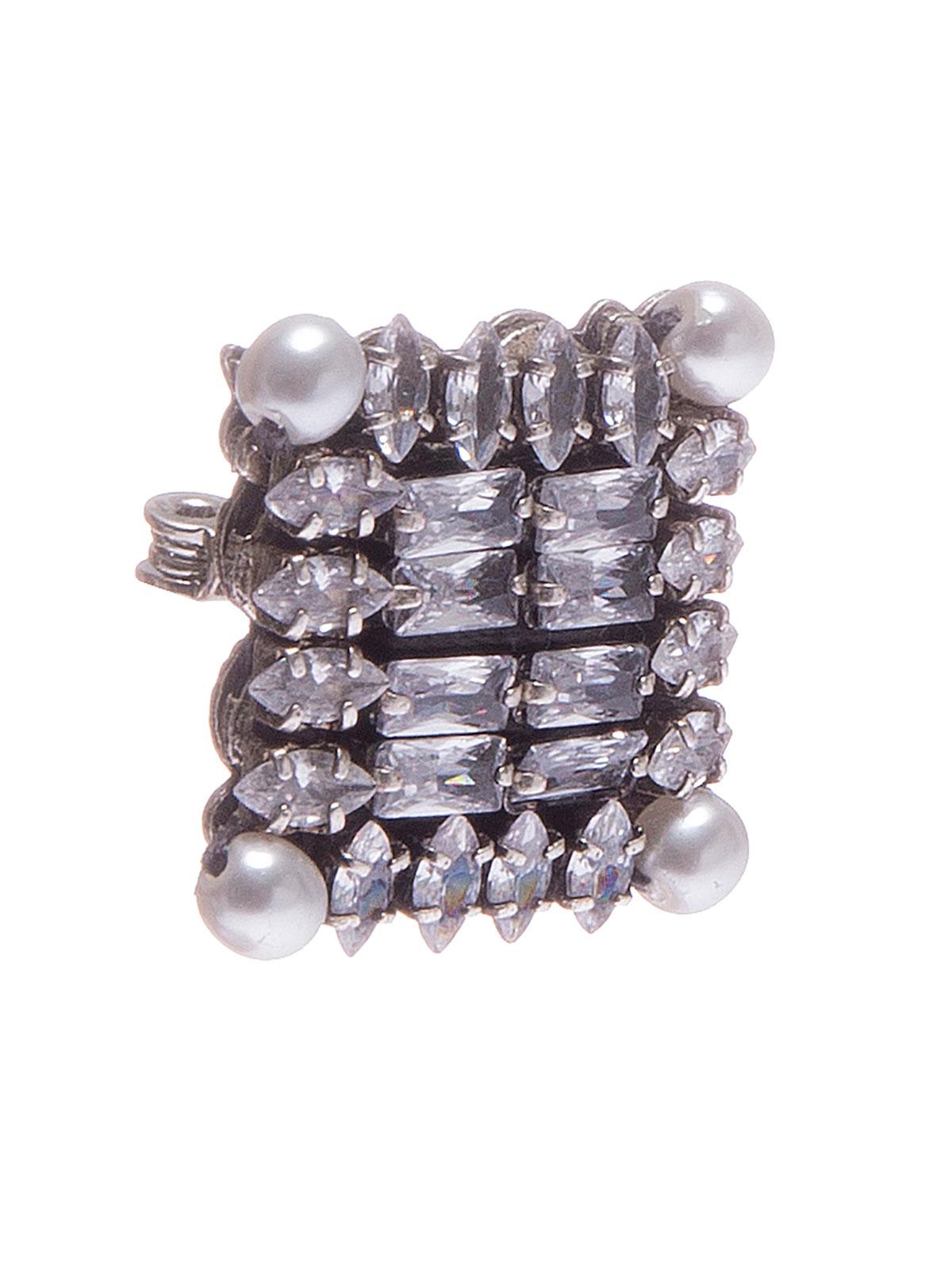 Spilla quadrata ricamata con pietre e perle